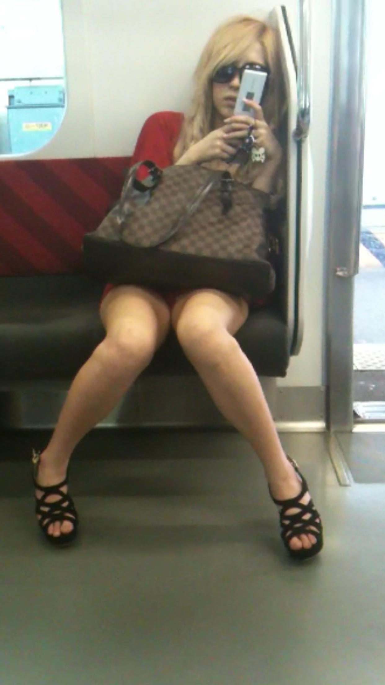 電車対面開脚ギャルたっぷり視姦!